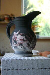 Kapradinový dekor na keramických nádobách