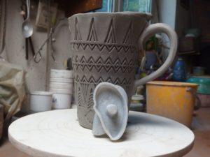 První keramický hrnek s rélyéfem