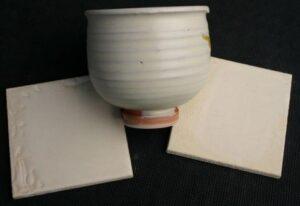 RM 513 -krémová, nejpoužívanější hrnčířská glazura.